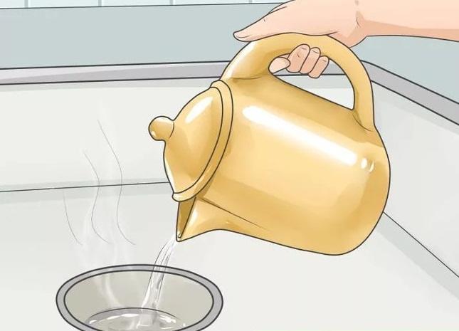 Dùng nước sôi thông cống là biện pháp đơn giản, dễ thực hiện nhưng có kết quả tốt